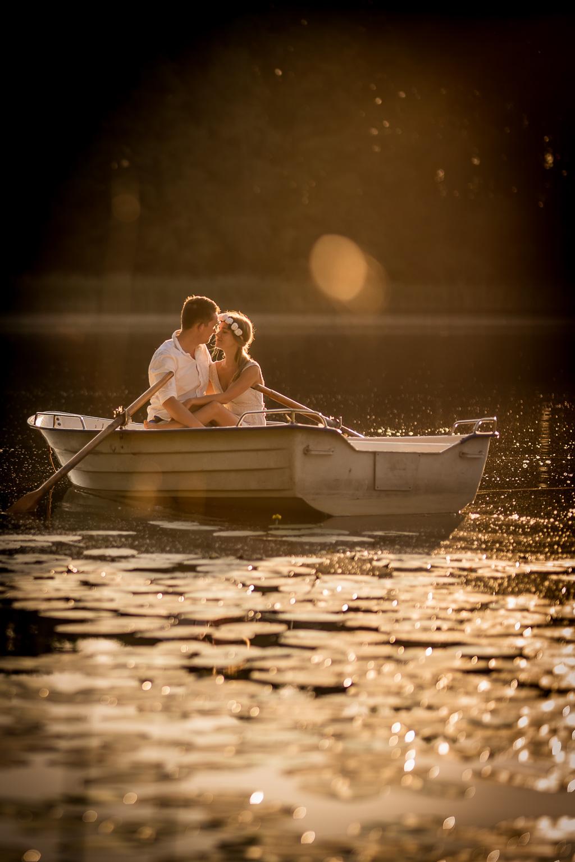 sesja dla narzeczonych o wschodzie słońca nad jeziorem