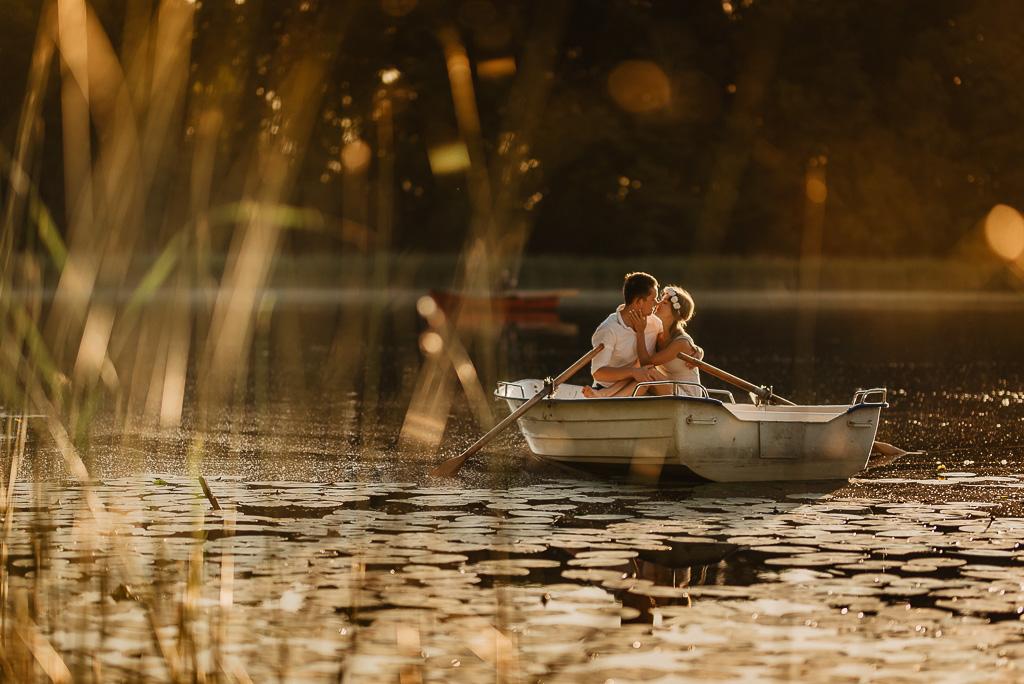 sesja dla narzeczonych na łódce o wschodzie słońca nad jeziorem