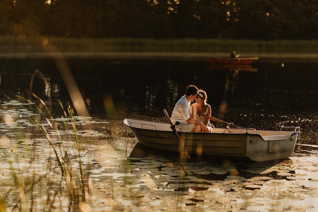 zakochani całują się nad jeziorem łódka Jezioro Mazury